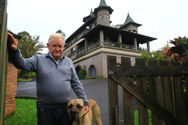 Antônio Roslank, no portão de sua casa